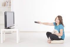 一起看电视的妇女和狗 免版税库存照片