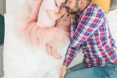 一起睡觉在床上的父亲和女儿 免版税库存图片