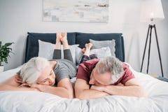 一起睡觉在床上的妻子和丈夫在家 免版税库存图片