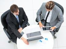 一起研究在的一个项目的两个英俊的商人 免版税库存图片