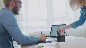 一起研究膝上型计算机的年轻设计师队  影视素材