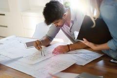 一起研究项目的商人和建筑师 图库摄影