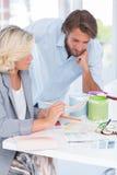 一起研究颜色图表的室内设计的同事 免版税库存图片