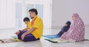 一起祈祷亚洲回教的家庭 股票视频