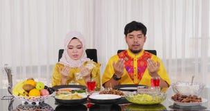 一起祈祷在吃前的回教夫妇 股票视频