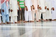 一起祈祷在圣洁清真寺的穆斯林 免版税图库摄影