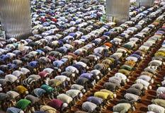 一起祈祷在清真寺的穆斯林 库存照片