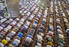 一起祈祷在清真寺的穆斯林 库存图片