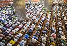 一起祈祷在清真寺的穆斯林 免版税库存照片