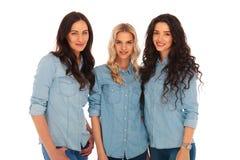一起站立三个妇女的朋友 免版税库存图片