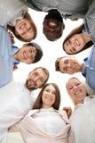一起站立反对轻的背景,底视图的人 背景蓝色概念人员现出轮廓天空团结 免版税库存照片