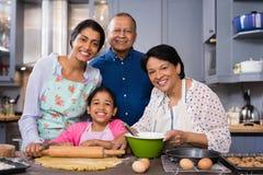 一起站立在厨房里的多代的家庭画象 免版税库存图片