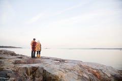 一起站立在岩石的成熟夫妇 库存图片