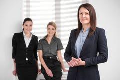一起站立在明亮的现代办公室 免版税库存图片