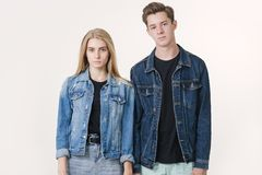 一起站立在白色背景的不快乐的年轻夫妇 友谊、爱和关系概念 在的龃龉 库存图片