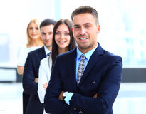 一起站立在线的商人在一个现代办公室 免版税库存照片