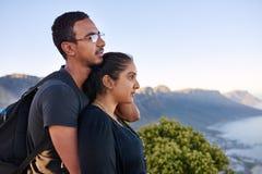 一起站立在自然远足的爱恋的印地安夫妇 库存图片
