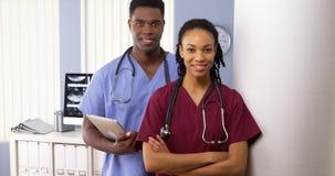 一起站立在医院的非裔美国人的医生队  免版税库存照片