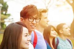 一起站立愉快的小组的学生 免版税库存图片