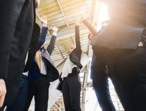 一起站立手的企业队加入的手提高了成功和congrats概念 图库摄影