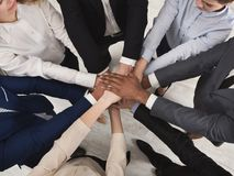 一起站立用手的团结的工友队  免版税库存图片