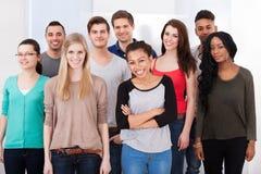 一起站立确信的大学生 免版税库存照片