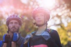 一起站立骑自行车的人的夫妇 库存图片