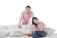一起笑年轻亚洲的家庭 免版税库存照片