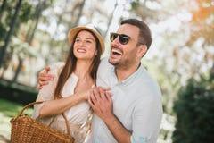 一起笑年轻的夫妇获得乐趣和户外 免版税库存图片