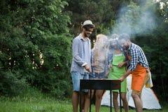 一起笑有的小组愉快的朋友室外烤肉 库存图片