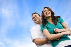 一起笑年轻人的有吸引力的夫妇 免版税库存图片