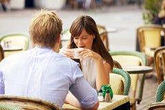 一起约会夫妇在一个巴黎人街道咖啡馆 库存照片