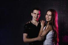 一起结合年轻十几岁neare黑水墙壁、滴和色的光 库存照片