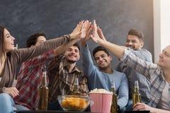 一起给上流五的多种族朋友 免版税库存图片
