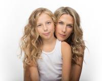一起美丽的白肤金发的妇女和她的女儿 图库摄影