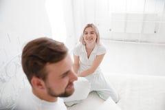一起美好的年轻夫妇在床上 愉快的夫妇在白色背景的卧室 库存图片