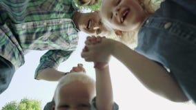 一起聚集,看照相机和笑在慢动作的蓝天的愉快的家庭 1920x1080 股票录像