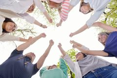 一起聚集年轻的朋友室外在公园 免版税库存照片