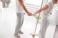 一起肉欲的年轻夫妇在床上 愉快的夫妇在白色背景的卧室 库存图片