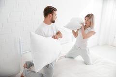 一起肉欲的年轻夫妇在床上 愉快的夫妇在白色背景的卧室 库存照片