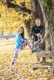 一起舒展美好的年轻的夫妇和在训练以后变冷静在公园 库存照片
