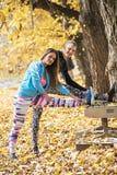 一起舒展美好的年轻的夫妇和在训练以后变冷静在公园 免版税库存图片