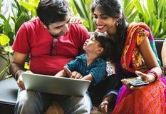 一起花费时间的一个愉快的印地安家庭 免版税库存图片