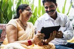 一起花费时间的一对愉快的印地安夫妇 库存图片
