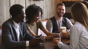 一起花费时间的不同的年轻人在咖啡馆饮用的咖啡 股票录像