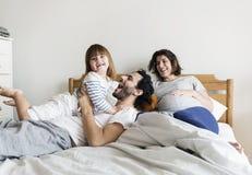 一起花费时间的怀孕的家庭 免版税库存照片