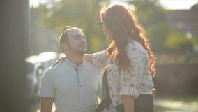 一起花费时间的愉快的夫妇在公园 获得很多乐趣拥抱与你自己的他们 影视素材