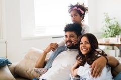 一起花费时间的愉快的家庭的图片 库存照片