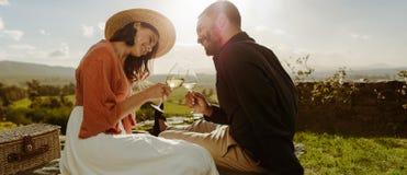 一起花费时间的浪漫夫妇在日期上 免版税库存图片