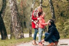 一起花费时间的美丽的愉快的年轻家庭 免版税库存图片